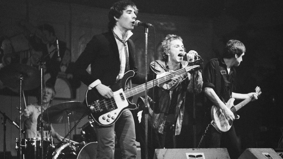 The Sex Pistols, y band ynghanol chwyldro cerddorol y 70au