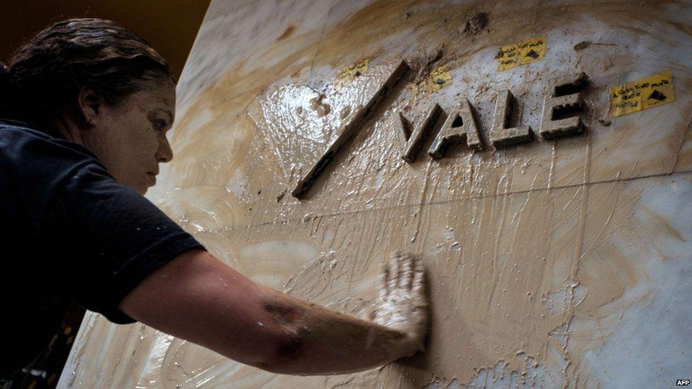 Protesters spread mud on the facade of the Vale headquarters in Rio de Janeiro