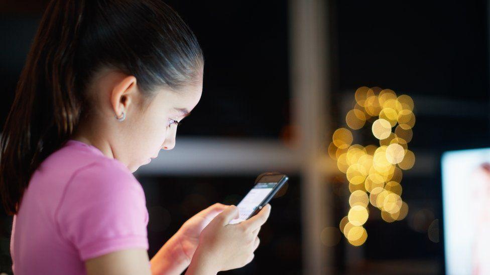 Desafio do desodorante, da camisinha, da cola: as ondas online que põem vida de crianças em risco