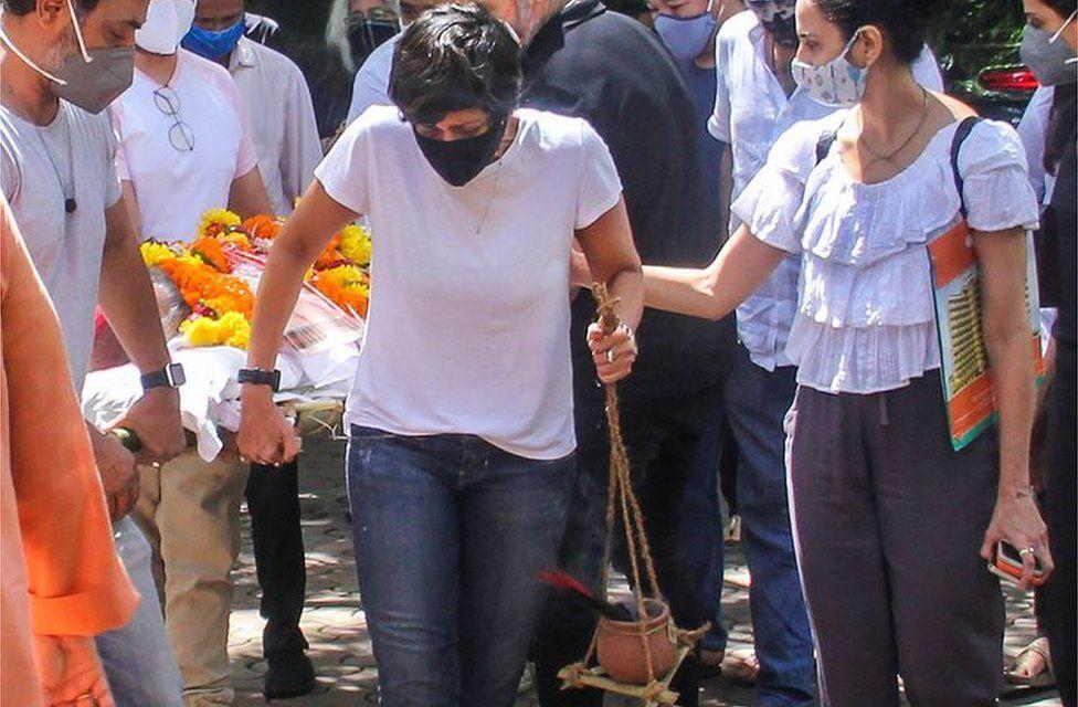 Mandira Bedi: What Hindu scriptures say about women at cremations thumbnail