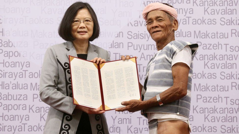 """Taiwan""""s President Tsai Ing-wen (L) poses with 80-year-old indigenous Yami leader Capen Nganaen (R) during a ceremony at the Presidential Office building in Taipei on August 1, 2016"""