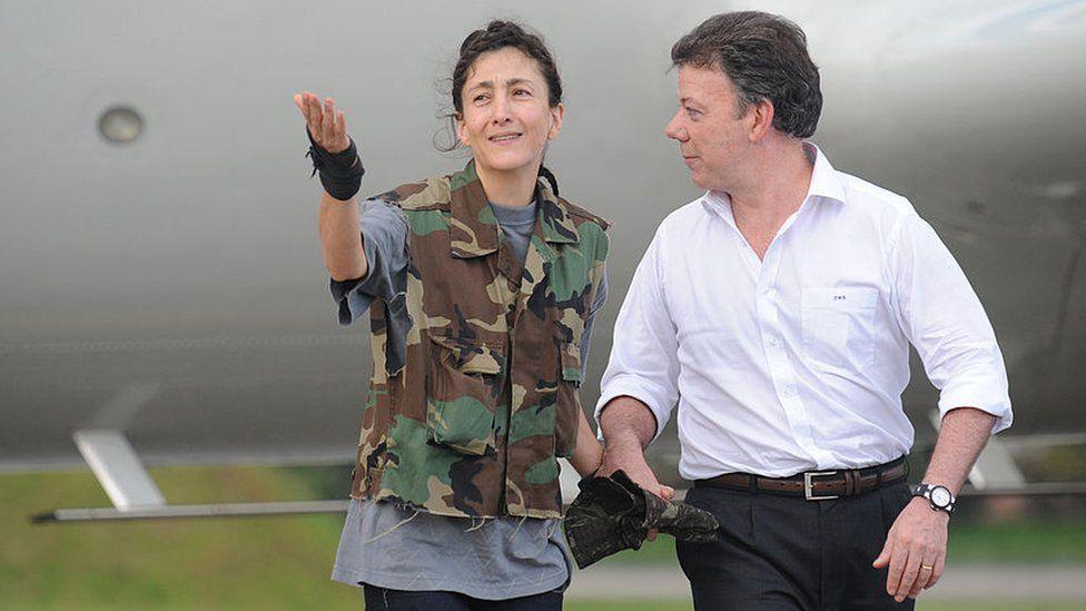 Juan Manuel Santos holding the hand of recently released hostage Ingrid Betancourt.
