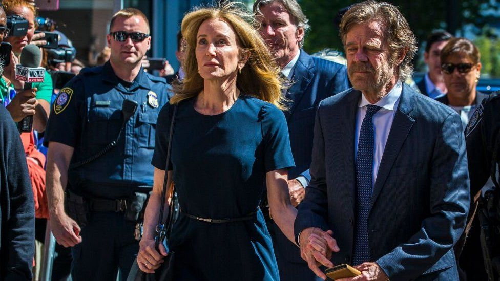 Felicity Huffman arrives with her husband William H. Macy at John Joseph Moakley US Courthouse in Boston