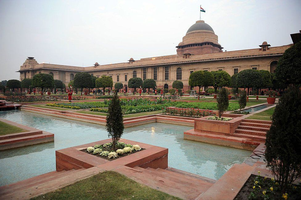 Guards stand in the Mughal gardens surrounding Rashtrapati Bhavan the Indian Presidential Palace during India's 59th Republic Day celebrations in New Delhi, 26 January 2008.