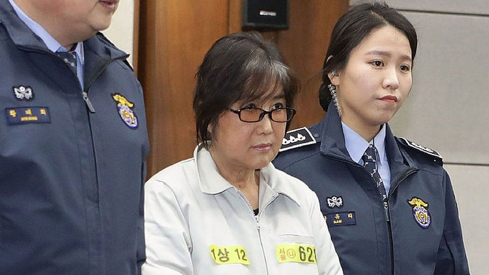 Choi Soon-Sil (C), the jailed confidante of disgraced South Korean President Park Geun-Hye, appears on the first day of her trial at the Seoul Central District Court in Seoul on 5 January 2017.