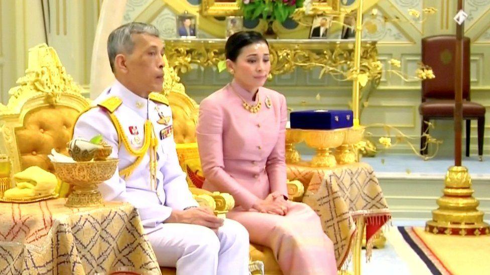 Король Таиланда Маха Вачиралонгкорн и его жена королева Сутхида на своей свадебной церемонии, 1 мая 2019 года. Скриншот с видео.