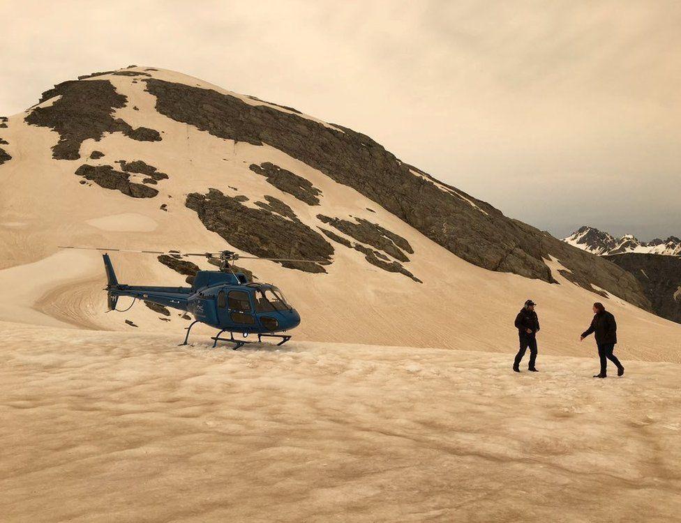 Пил від австралійських лісових пожеж вкрив сніг біля льодовика Франца-Йосипа в Західному національному парку Тай-Путін, Нова Зеландія