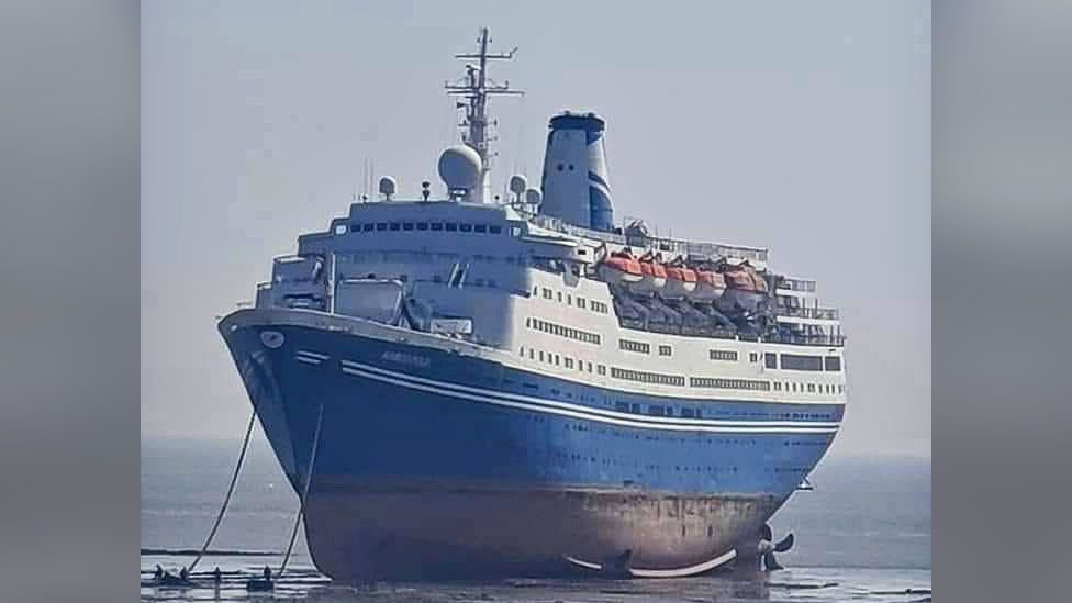Picture of the Marco Polo ship on the beach