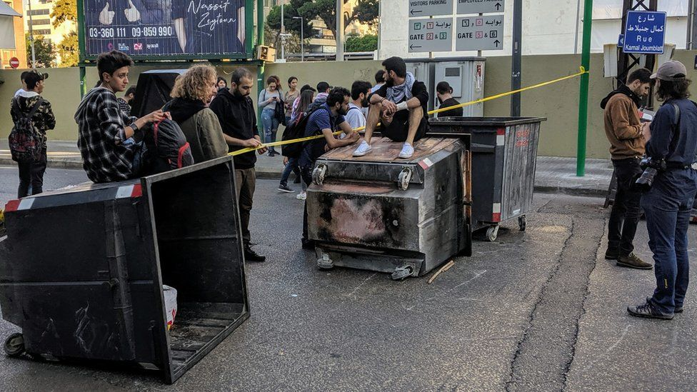 Anti-government protesters block road in central Beirut, Lebanon (4 November 2019)