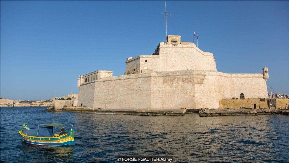Sozinho na fortaleza: como vive o último cavaleiro de ordem milenar em Malta