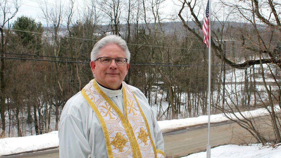 Отець Майкл Гуцько перед українською греко-католицькою церквою Успіння Пресвятої Богородиці в Сентралії