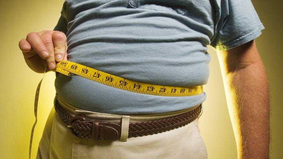 mujer americana obesa muestra vientre