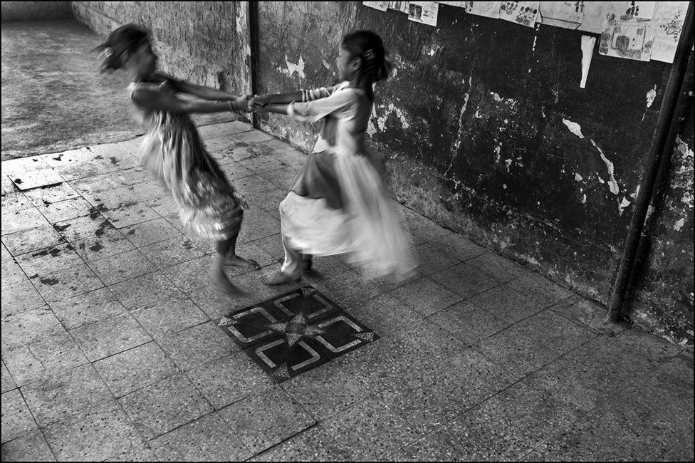 ओरिया प्राथमिक स्कूल में खेलते बच्चे. इस स्कूल का भविष्य भी अनिश्चित है.