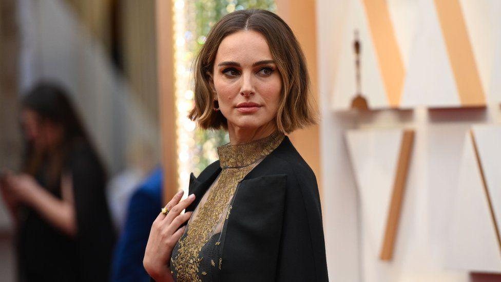 Bu yıl en iyi yönetmen kategorisinde hiç kadın aday olmamasını protesto etmek isteyen isimlerden oyuncu Natalie Portman, bu yıl film çeken ancak Oscar'a aday gösterilmeyen kadın yönetmenlerin isimlerini taşıyan bir Dior ceketle törene geldi.