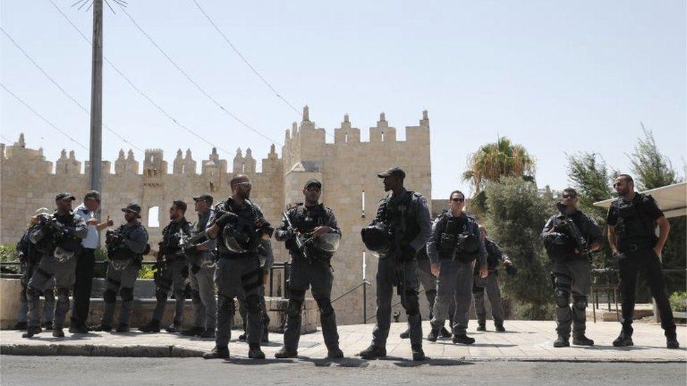 Israeli security forces outside Jerusalem Old City walls (14/07/17)