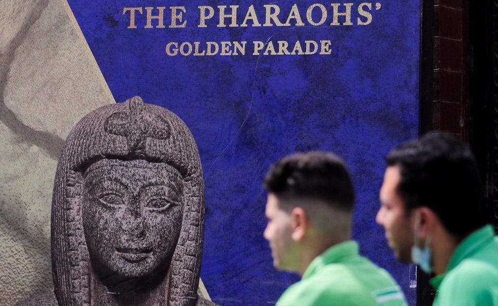 Poster yang mengiklankan Parade Emas Firaun di Kairo, Mesir