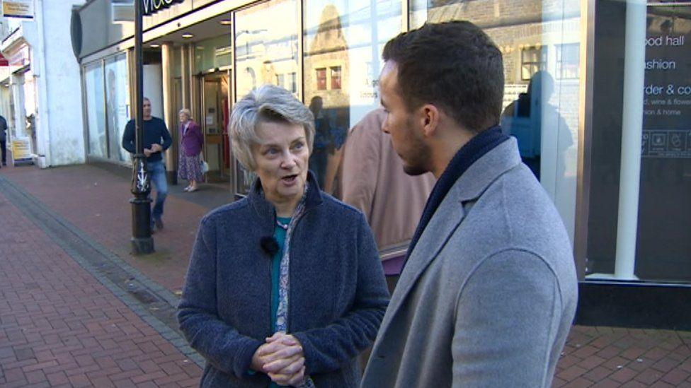 Joanna Porter yn siarad â gohebydd BBC Cymru, Rhys Williams