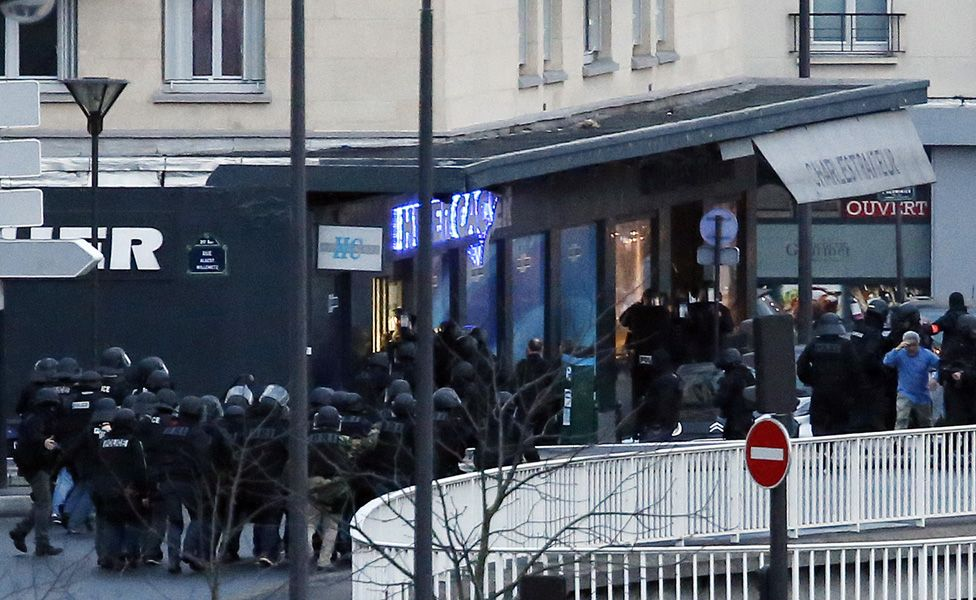 Members of the French police special forces launch the assault at the Hyper Cacher Kosher grocery store in Porte de Vincennes