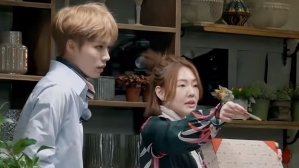 Still image from TV show 'Sister's Flower Shop' showing Lin Yanjun's blurred ears