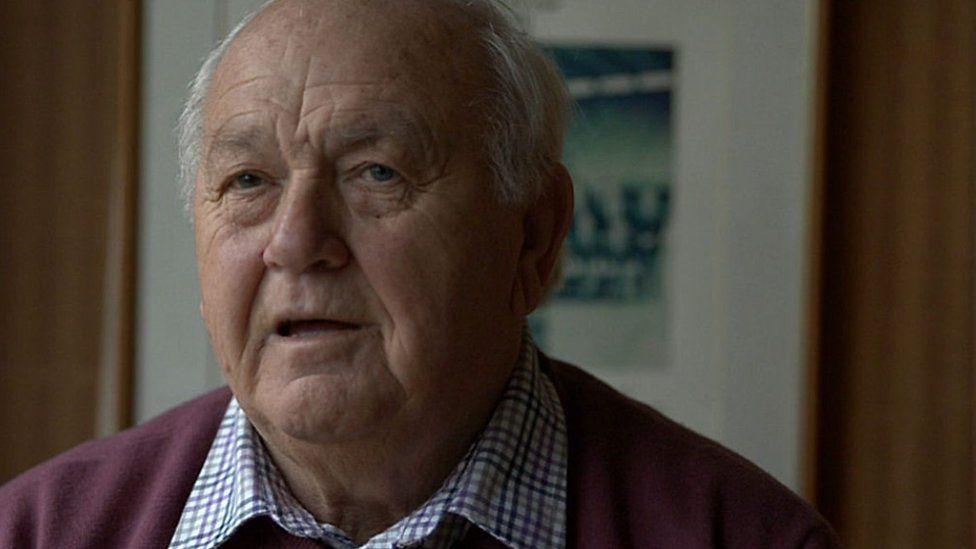 Clive Rowlands oedd Rheolwr Cymru yn ystod cystadleuaeth gyntaf Cwpan y Byd yn 1987