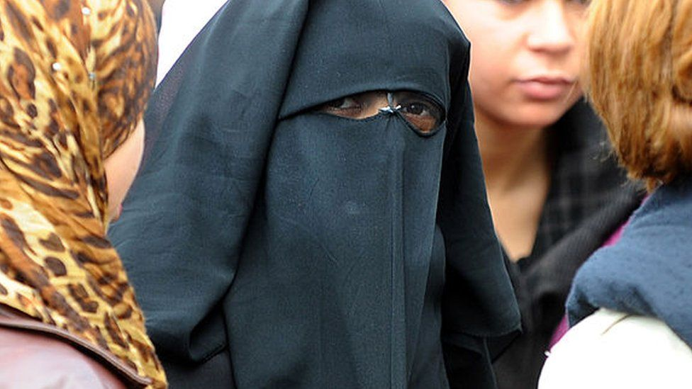 Tunisia bans niqab in government buildings