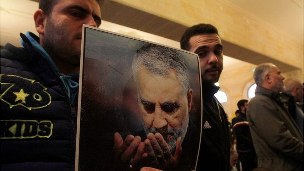 Hezbollah supporters in Lebanon hold picture of Qasem Soleimani (03/01/20)