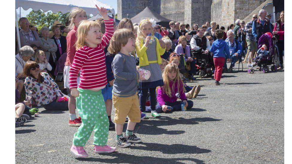 Pwy sy'n mwynhau Gŵyl Fwyd Caernarfon? // Who's enjoying the Caernarfon Food Festival?