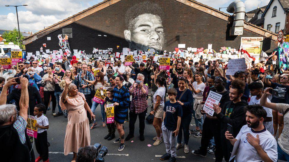 Marcus Rashford: Hundreds gather at mural for anti-racism demo thumbnail