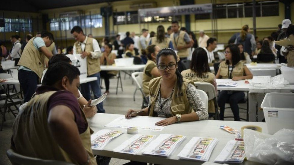 Members of the Supreme Electoral Tribunal (TSE) count votes in Tegucigalpa on December 3, 2017.