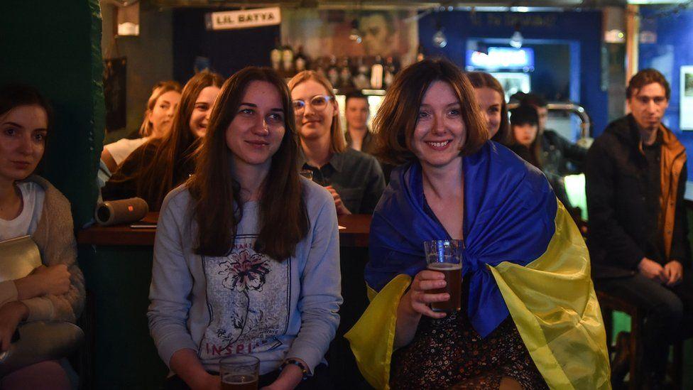 Ukrainians watch the debate on TV