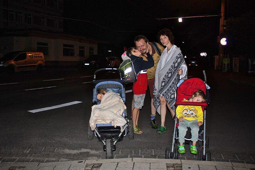 """""""Когда нас видели на улицах с детьми после 20.00, крутили пальцем у виска"""", - говорит Коза. """"Война"""" в Берлине, 2017 год"""