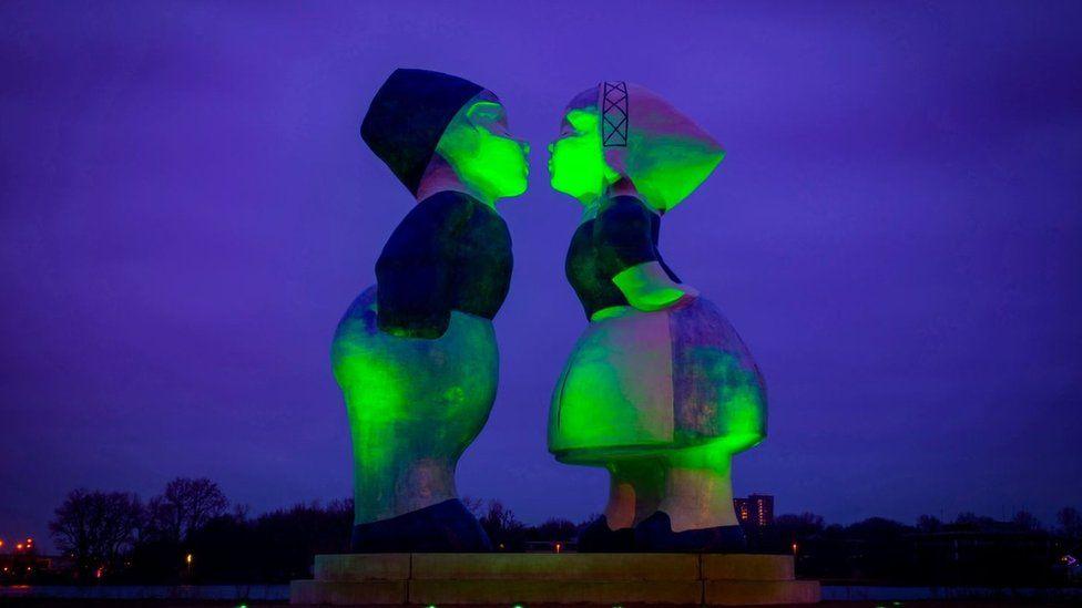 Kissing Couple XXXL Statue, Amsterdam,
