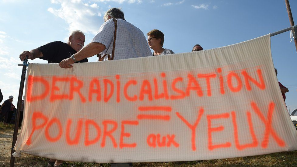 "Banner reading: ""De-radicalisation = smoke and mirrors"""
