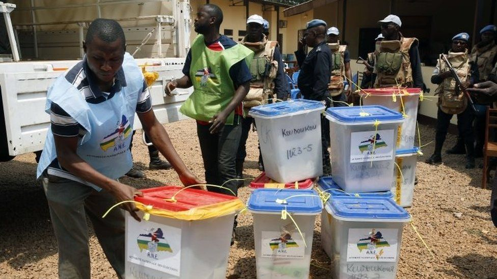 Election officials bring ballot boxes to the central election commission warehouse to be processed in Bangui (15 February 2016)