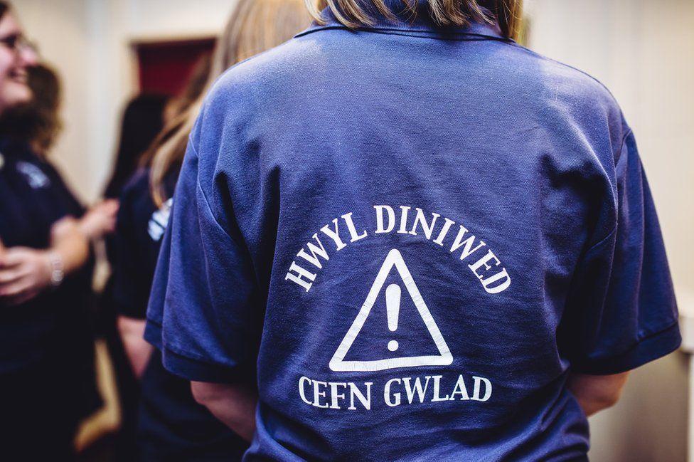 Crys T yn dweud 'Hwyl diniwed cefn gwlad'