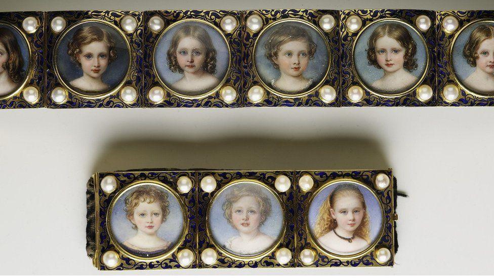 William Essex, Bracelet with miniatures of the royal children c 1845-50.