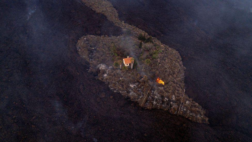 La Palma volcano: Family's anguish as lava destroys 'miracle house' thumbnail