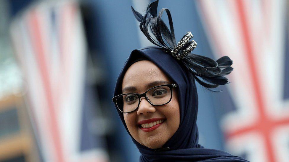 женщина в исламском платке и фасинаторе