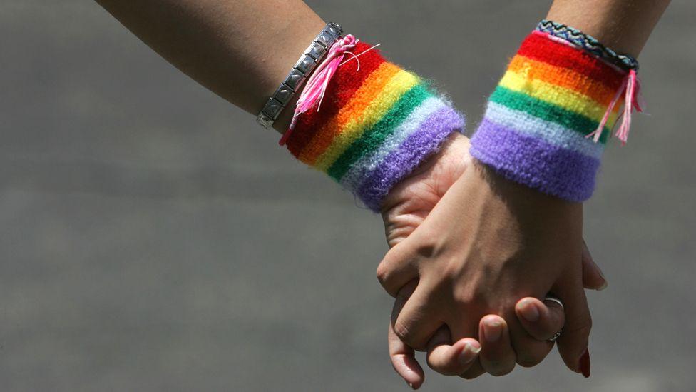"""""""La escondí en el armario durante horas"""": el testimonio una lesbiana que vive con su novia en Irán, donde la homosexualidad está prohibida"""
