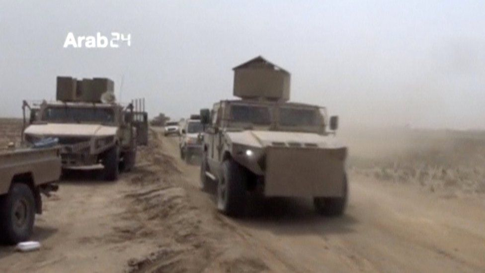 Yemeni pro-government fighters travel in armoured vehicles during fighting in Hudaydah (18 December 2018)