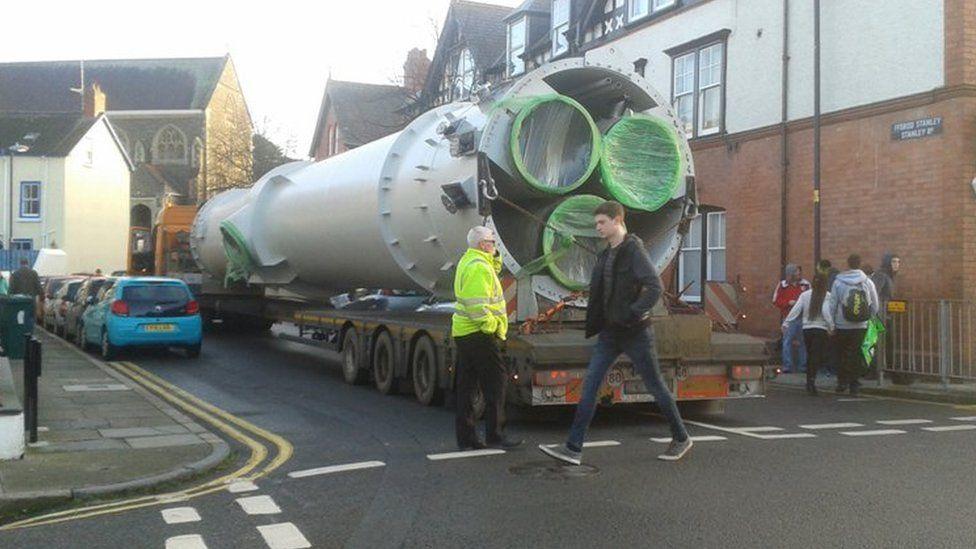 Turbine on stuck lorry