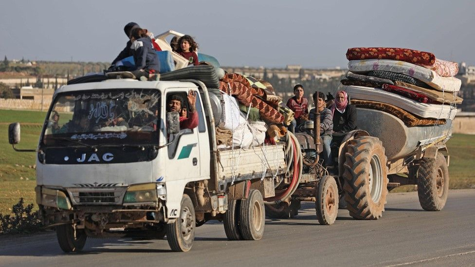Displaced Syrians drive with their belongings in Aleppo province (22 January 2020)