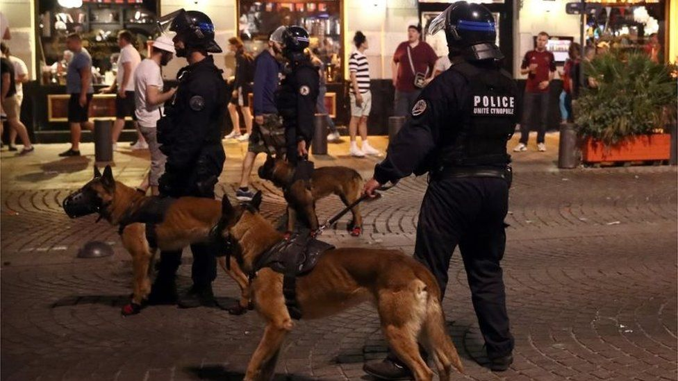 Police used dogs to control the crowd