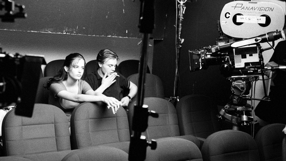 Eva Green et Michael Pitt on the set of The Dreamers