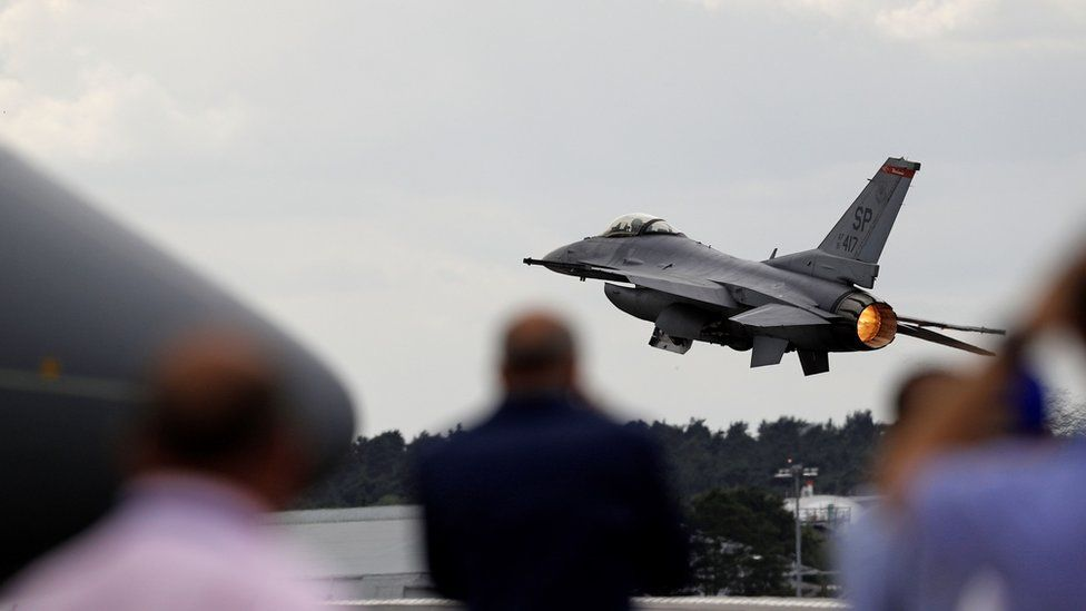 A USAF F-16 Fighting Falcon fighter jet takes part in a flying display at the Farnborough Airshow
