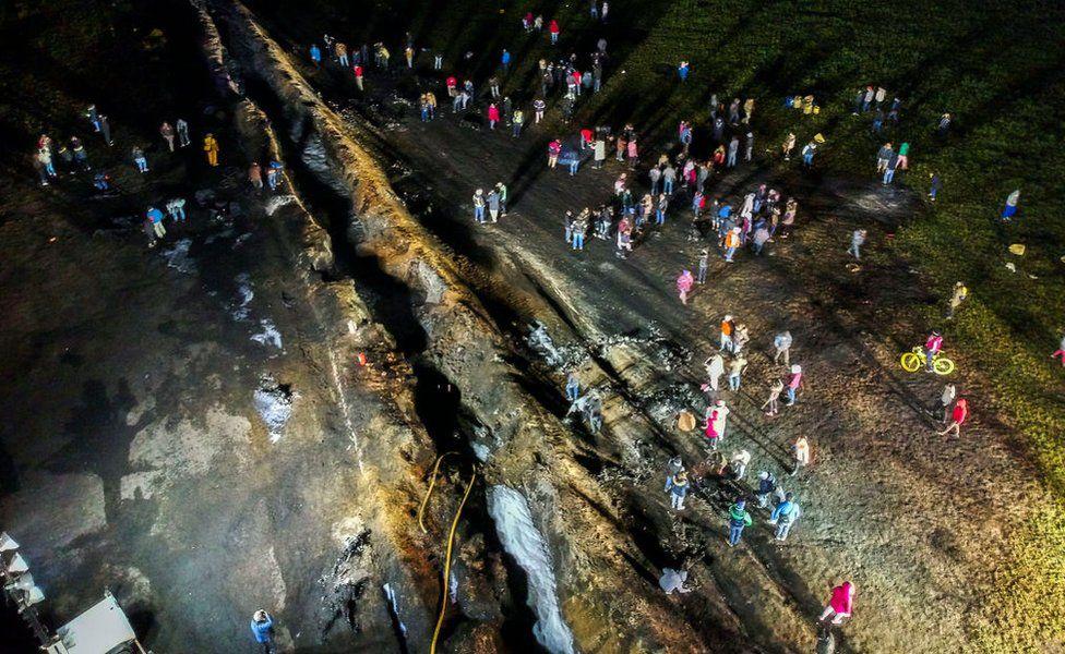 Resultado de imagen para Una imagen de la dramática explosión del gasoducto de Pemex. Murieron 137 personas.
