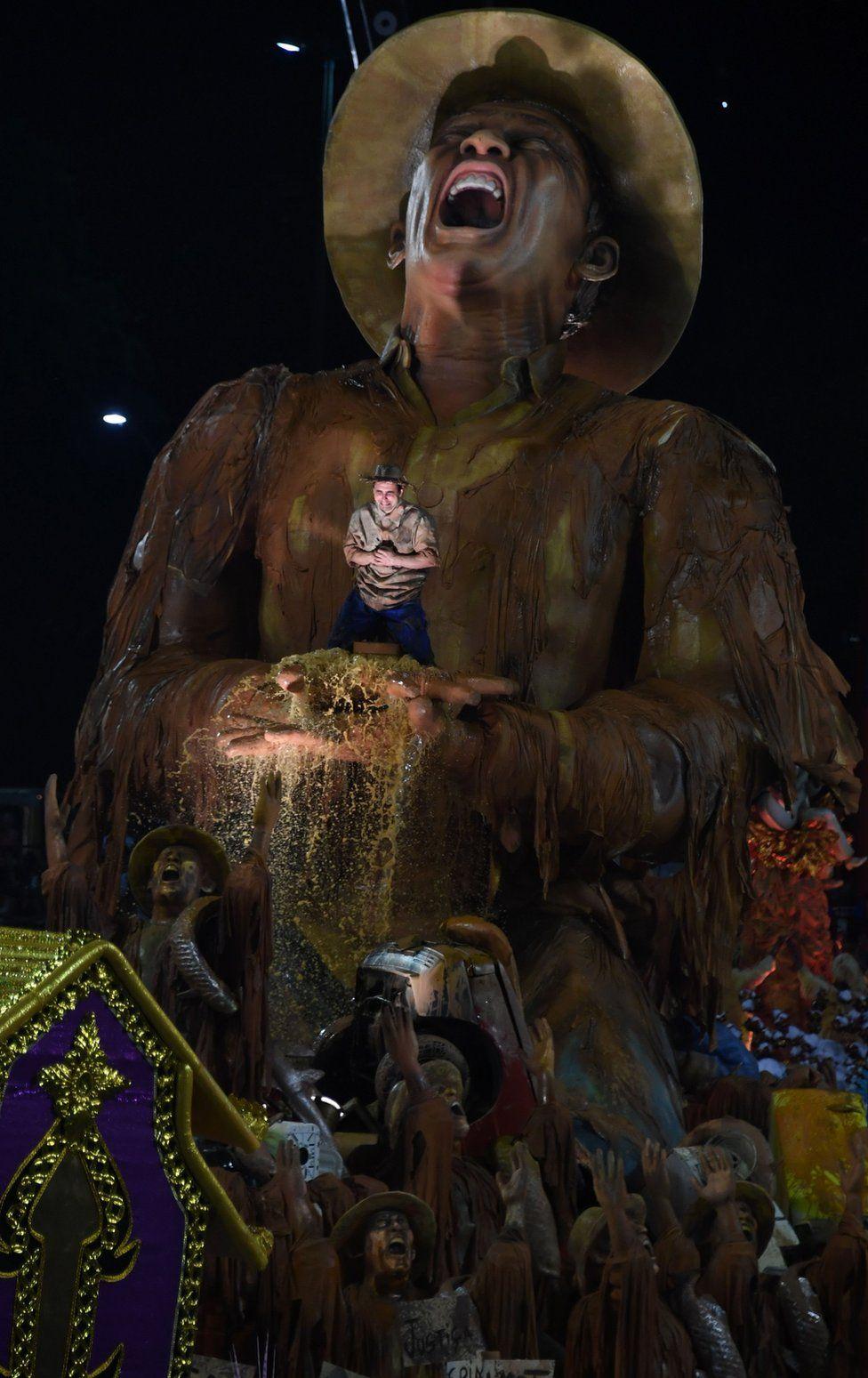 Portela's carnival float tackling the mining disaster