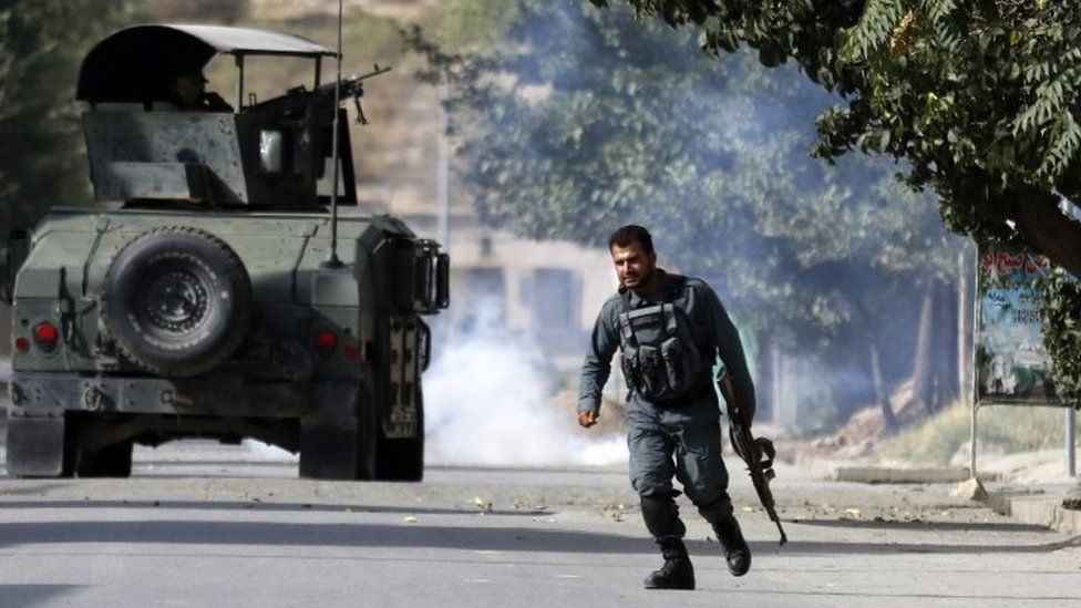 Afghan police take positions near the intelligence training centre in Kabul attacked by gunmen. Photo: 16 August 2018