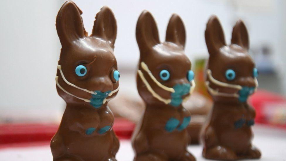 Conejos de chocolate de Pascua con mascarillas.