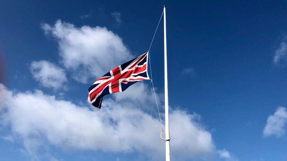 Bandera a media asta